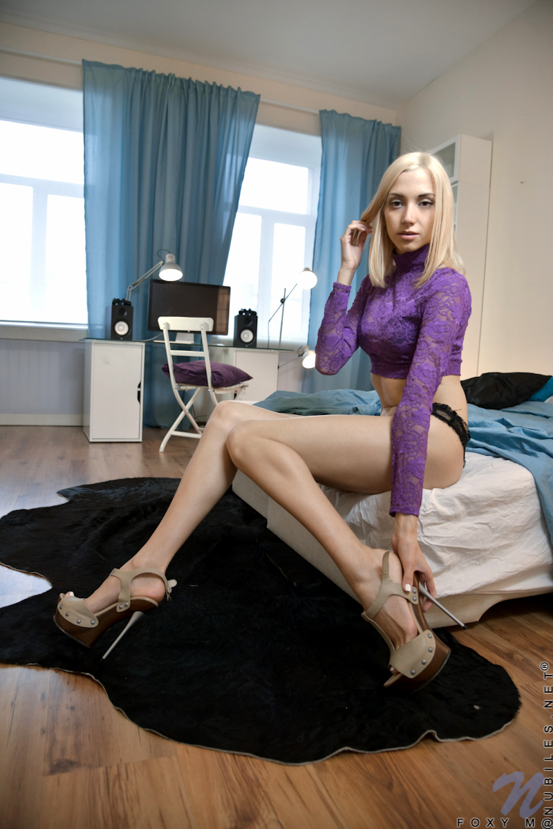 Suggest Gorgeous sexy long legs all